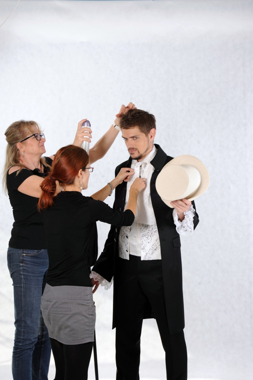Pánský model, modelingová fotografie, módní fotografie, profesionální fotograf backstage, focení svatebního obleku focení oděvů oblečení